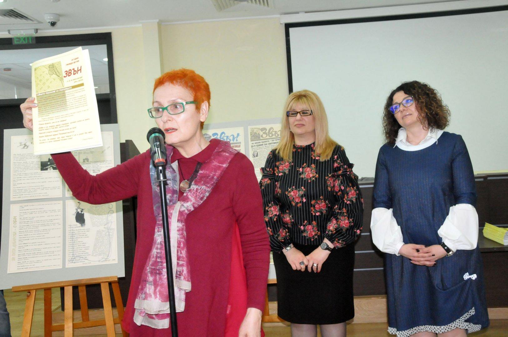 Добрина Топалова показва броя, посветен на 25-ия рожден ден на вестника. Снимки Лина Главинова