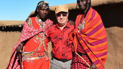 Стефан Диомов позира с местни жители на Кения . Снимки Стефан Диомов и личен архив