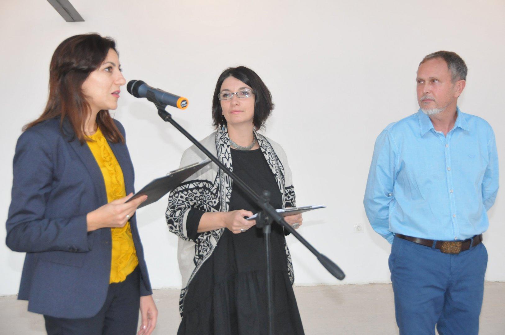 """Изложбата откри Петя Караманска (вляво) - маркетинг мениджър на град хотел и СПА """"Приморец"""". Снимки Лина Главинова"""