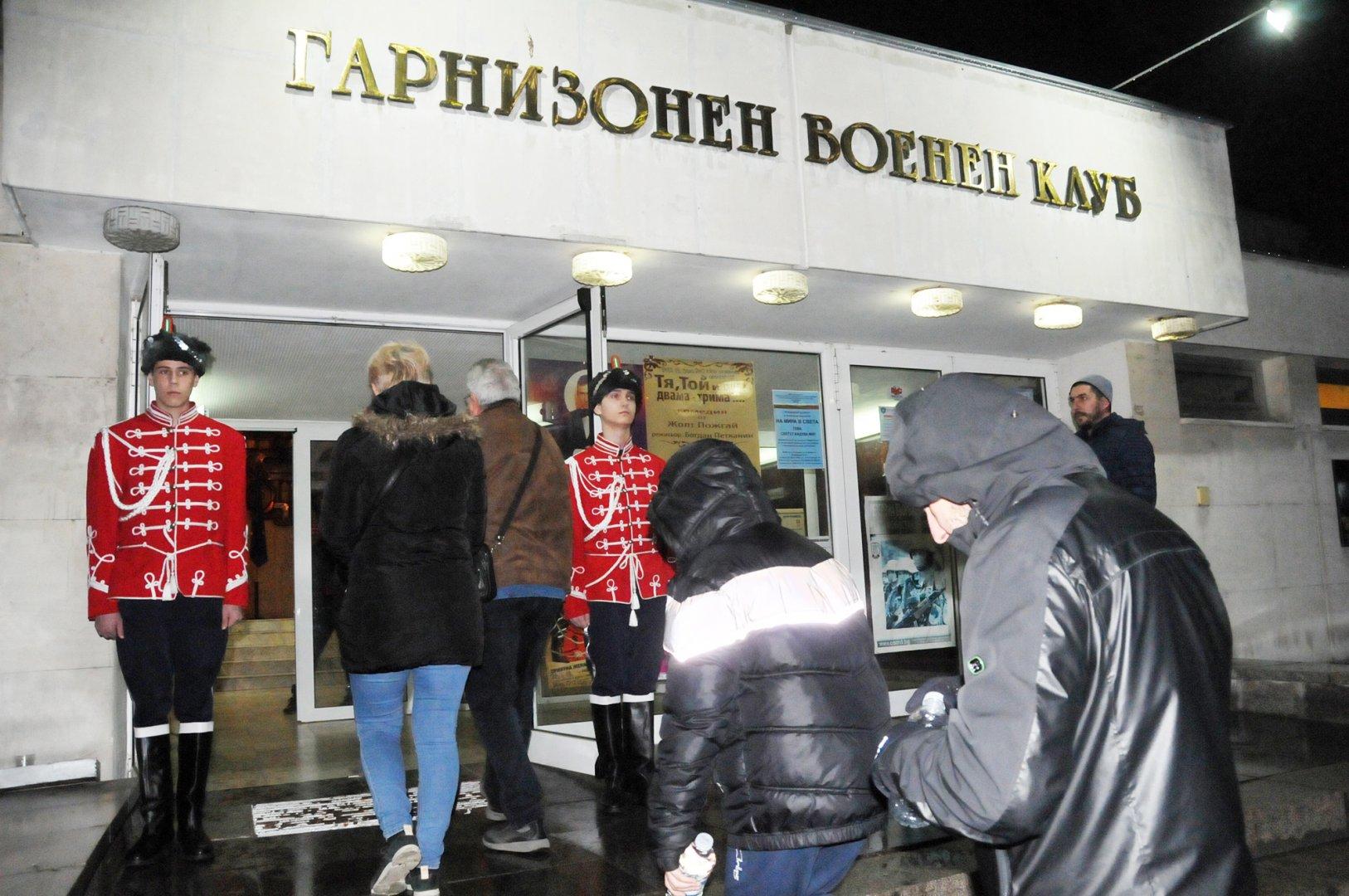 Гвардейци от ПГЕЕ Константин Фотинов посрещнаха снощи бургазлии, дошли да гледат театрален спектакъл в Гарнизонния военен клуб. Сред публиката бе и директорът на гимназията Коста Папазов. Снимки Лина Главинова