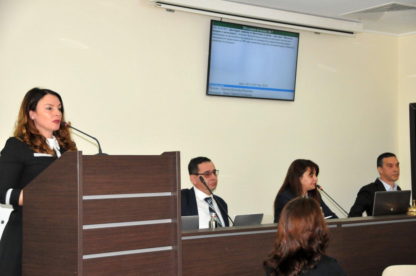 Няколко часа продължиха дебатите по докладната записка с проекта за бюджет на община Бургас. Снимки Лина Главинова