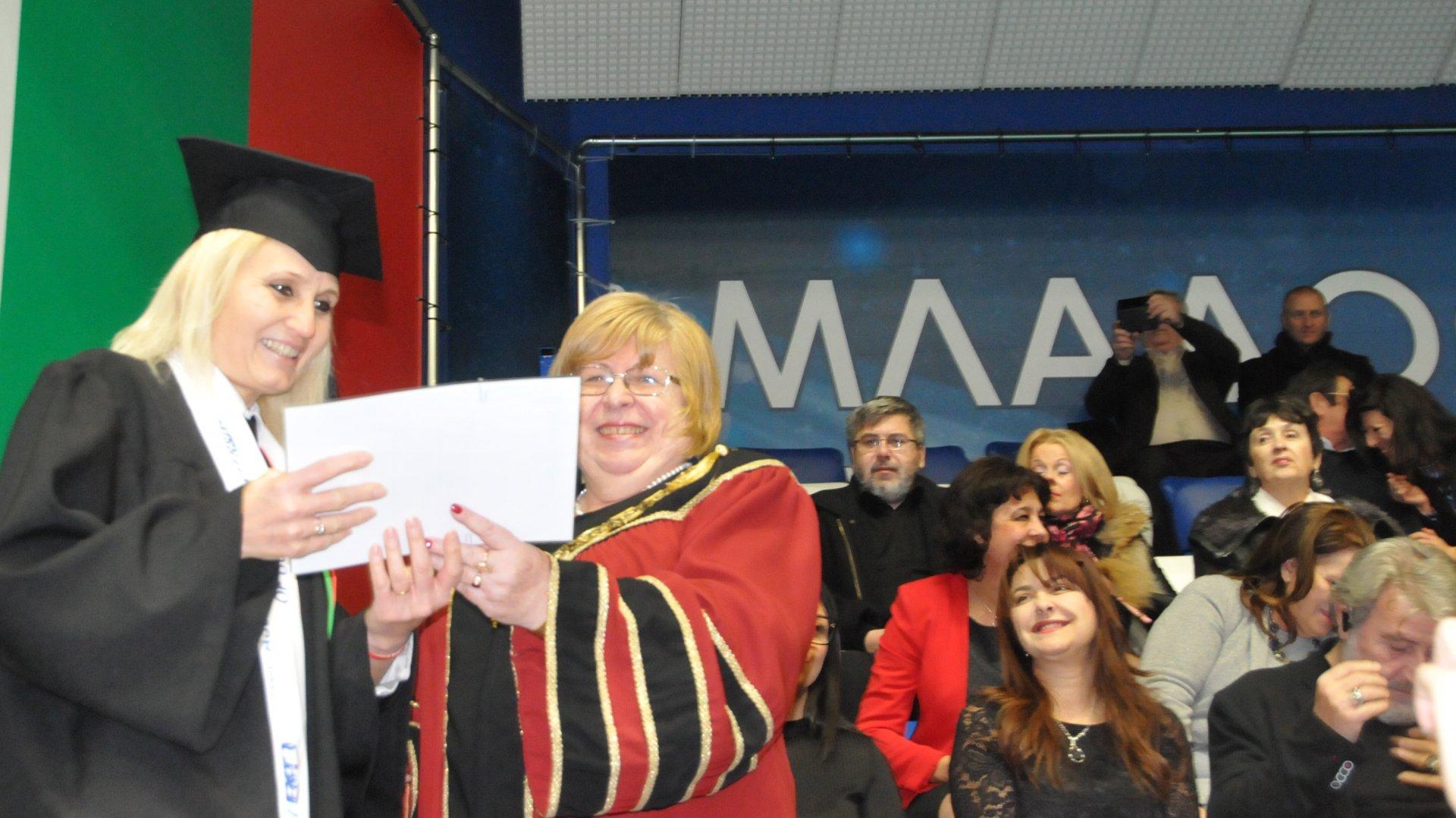 781 абсолвенти от университет Проф д-р Асен Златаров получиха дипломите си днес. Ректорът Магдалена Миткова връчи свидетелствата на 7-те пълни отличници. Снимка Лина Главинова