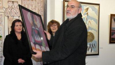 Кметът на Българово Йордан Йорданов подари картина за художника - рожденик. Снимки Лина Главинова