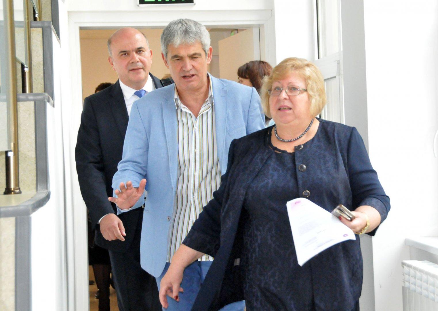 Ректорът на университета проф. Миткова посрещна президента на КНСБ Пламен Димитров (в средата) и социалния министър Бисер Петков. Снимки Лина Главинова