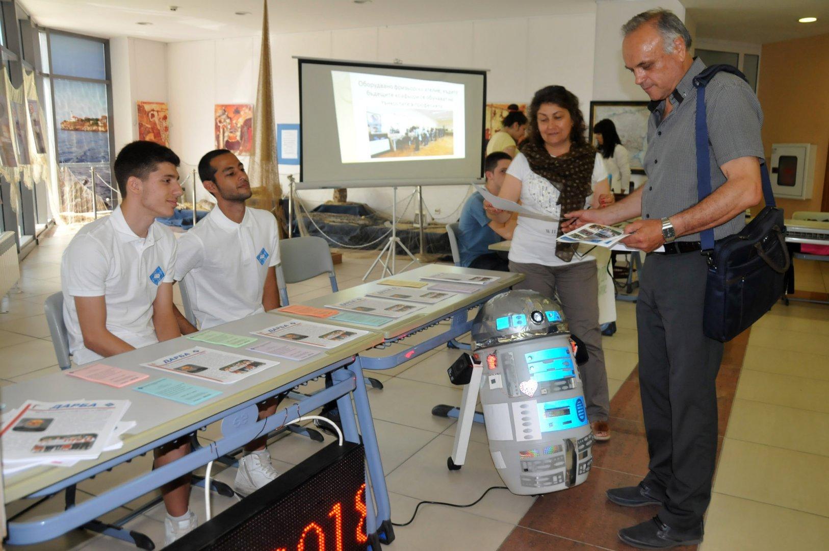 Учителите от ПГЕЕ даряват 10% от месечните си заплати за училищни електронни устройства на най-нуждаещите се ученици. Снимка Архив Черноморие-бг