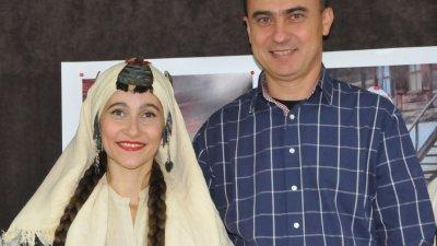 След края на представянето на календара, Стефан Колев се снима със съпругата си, облечена в носия на тракийка. Снимки Лина Главинова