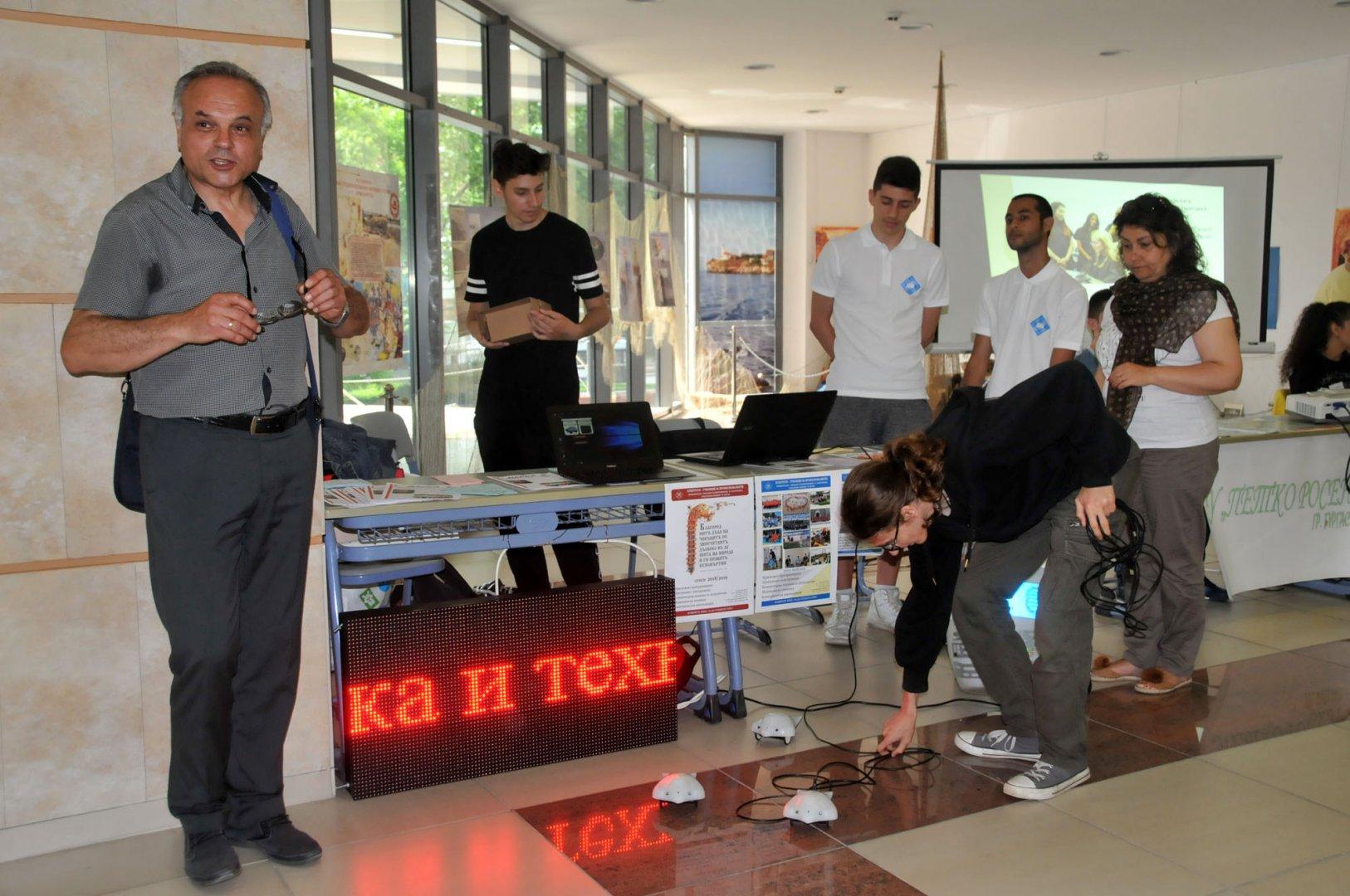 Директорът на ПГЕЕ Коста Папазов презентира гимназията заедно с учениците. Сниимки Лина Главинова