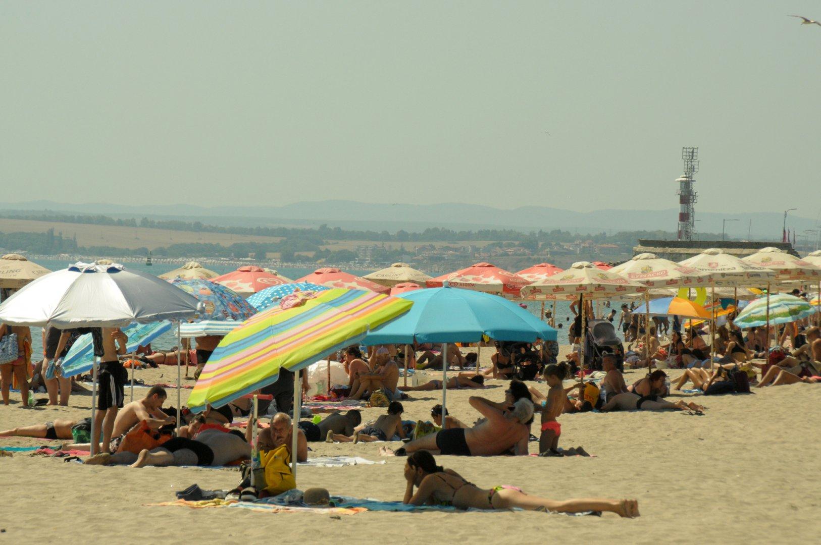 Синоптиците обещаха днешният ден да е най-топъл за сезона. Въпреки делничния ден, стотици бургазлии и гости на града потърсиха спасение от жегата и препълниха плажа. Снимки Черноморие-бг