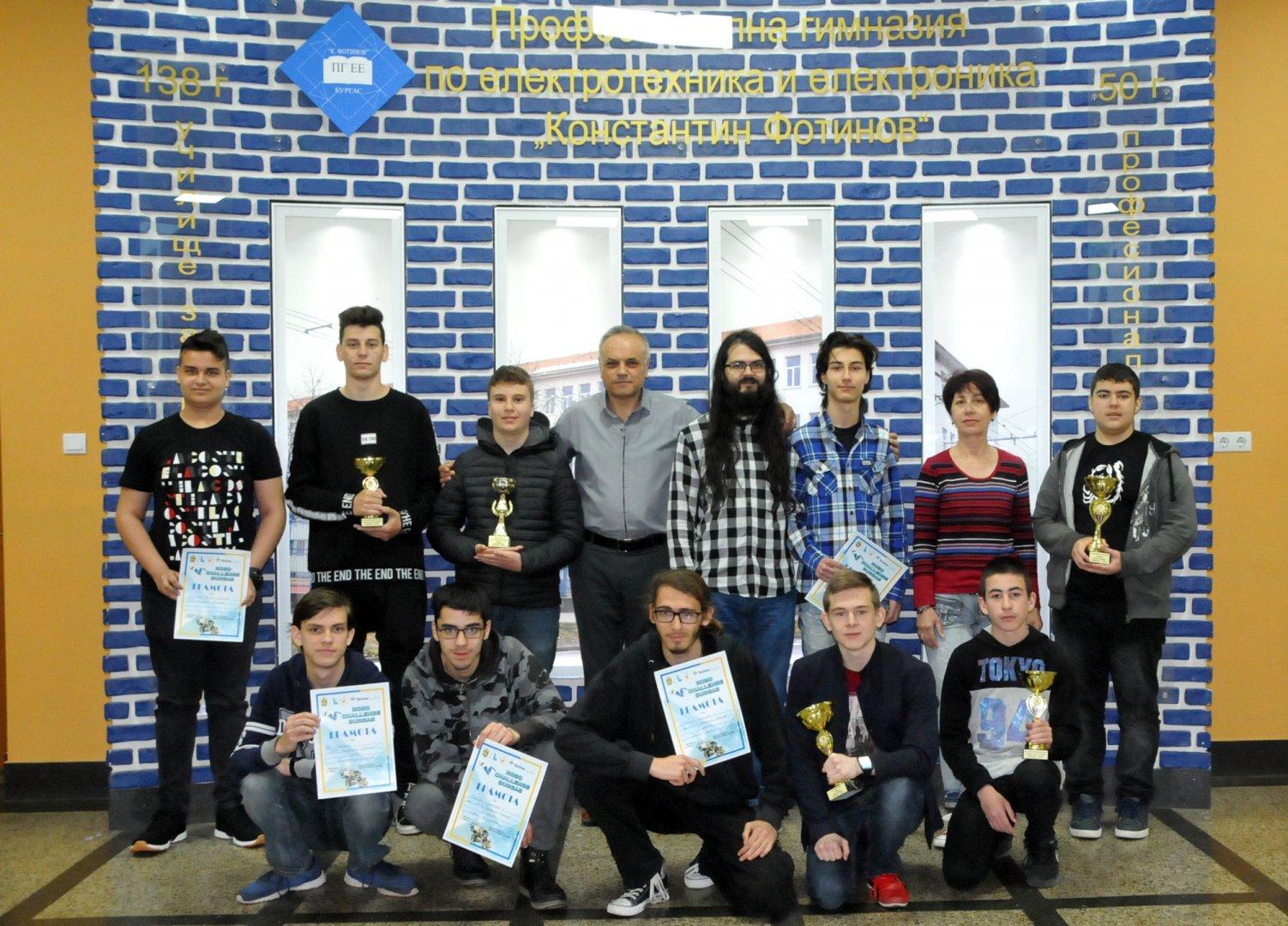 Отборът на ПГЕЕ Константин Фотинов позира със спечелените купи и грамоти в състезанието по роботика. Снимка Лина Главинова