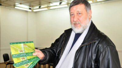Георги Динев показва поканата за изложбата си. Снимка Лина Главинова