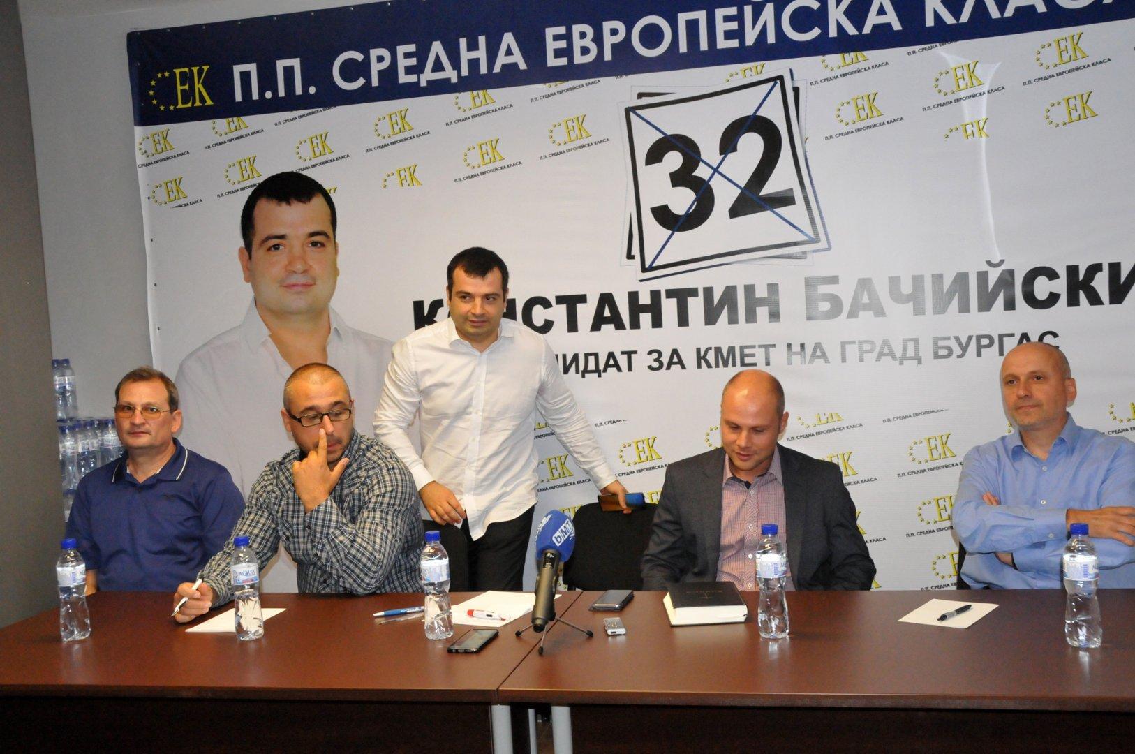 Кандидатите ни за съветници заслужават подкрепата на бургазлии, каза Константин Бачийски (в средата). Снимка Лина Главинова