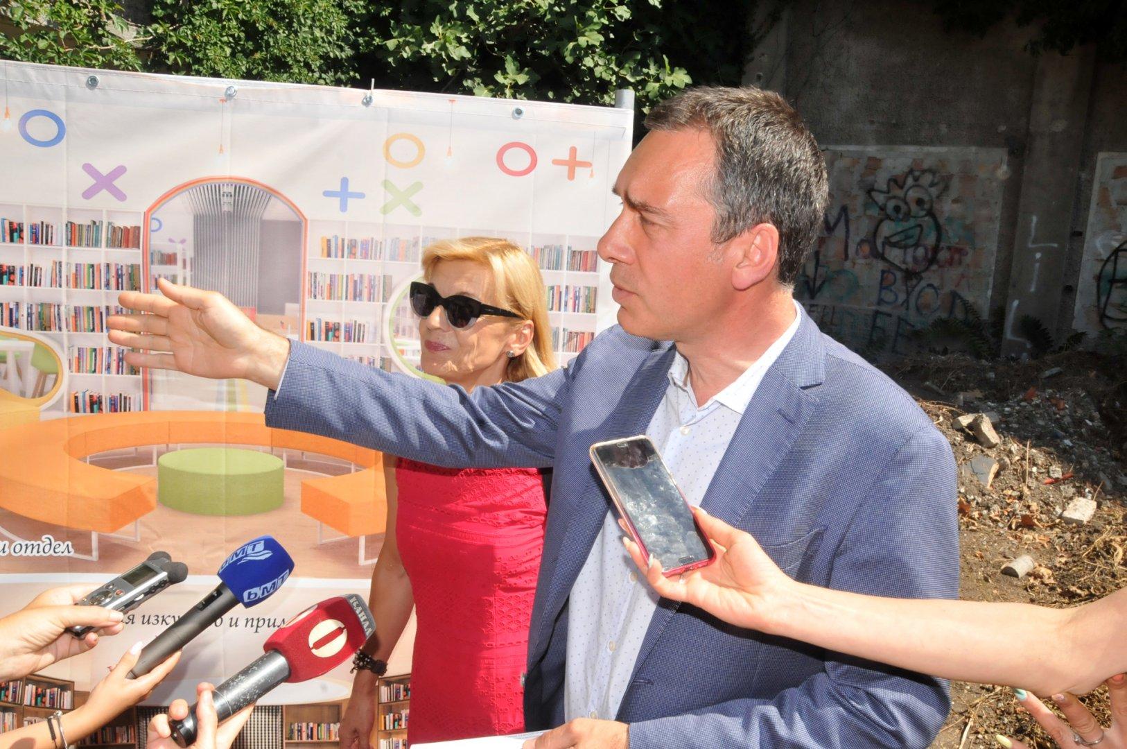 Кметът на Бургас Димитър Николов и директорът на библиотеката Мария Бенчева обясниха как ще бъде реализиран проекта. Снимки Лина Главинова