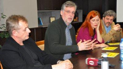 Михаил Билалов (вляво) и Виктор Божинов (до него) идват за предпремиерата на филма в понеделник в Бургас. Снимка Архив Черноморие-бг
