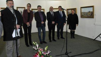 Георги Динев представи на бургазлии гостуващата експозиция на градската галерия - Казанлък. Снимки Лина Главинова