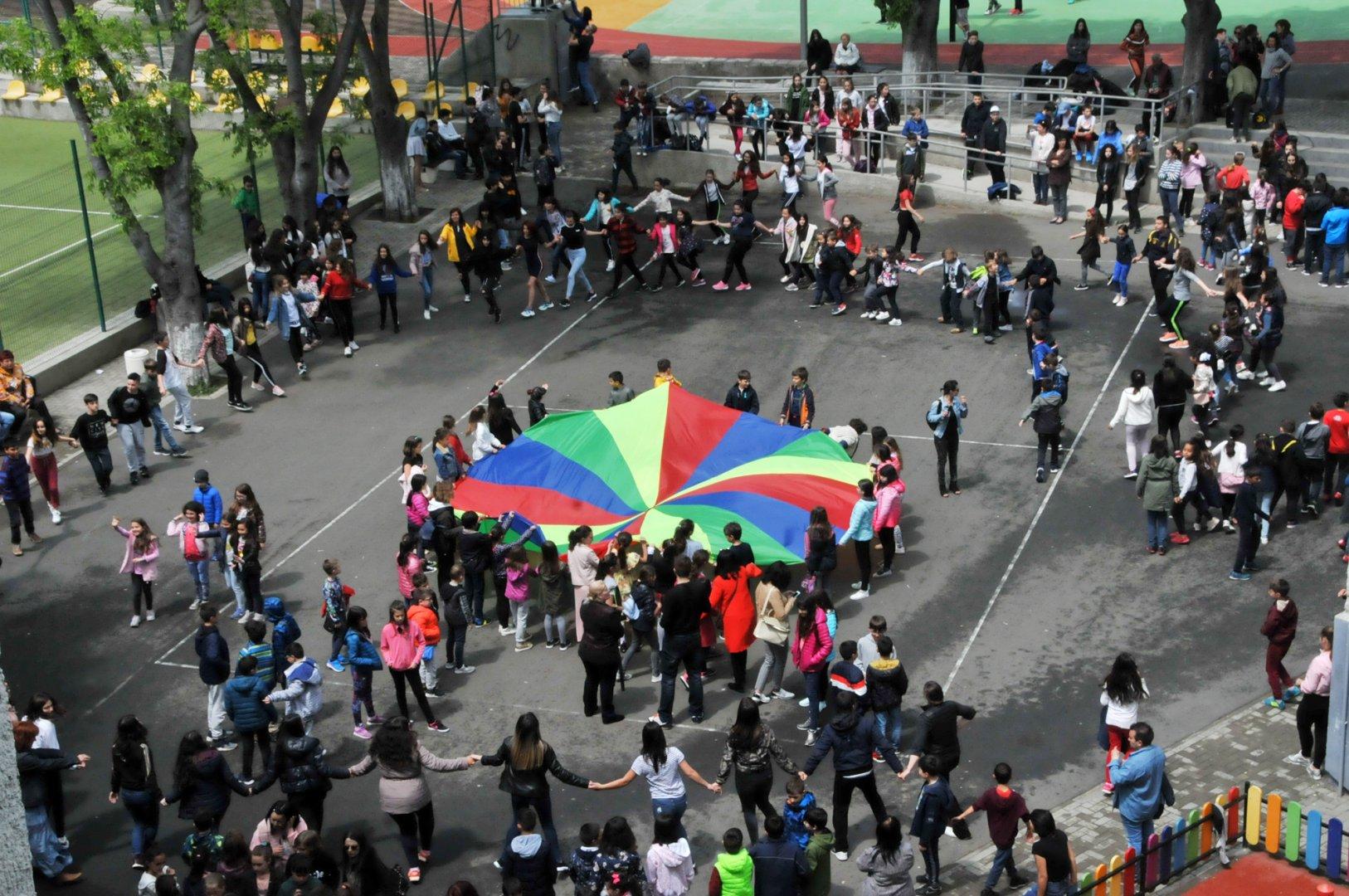 Хорото се изви в двора на училището. Снимки Лина Главинова