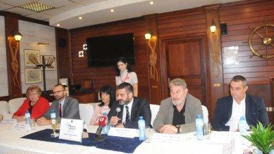Семир Абумелих (в средата) се похвали за наградата и не спести критиката си. Снимка Лина Главинова