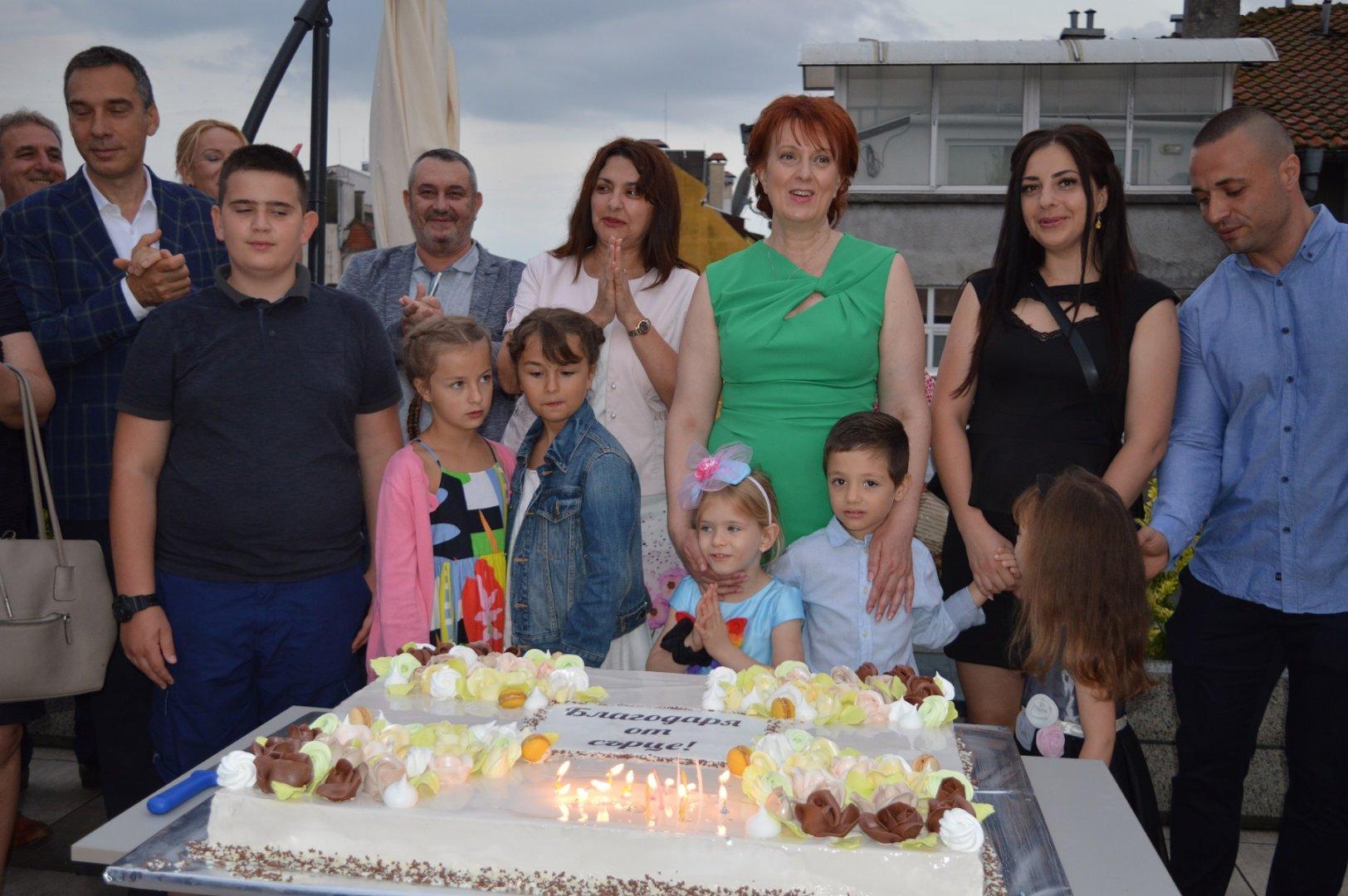 Областният управител Мария Нейкова (в средата) превърна рождения си ден в благотворителна кауза. Снимки Областна управа Бургас