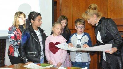 Мая Казанджиева награди участниците в инициативата. Снимки Лина Главинова
