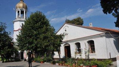 Църквите остават отворени за миряните. Снимка Архив Черноморие-бг
