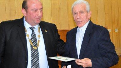Кметът на Средец Иван Жабов (вляво) връчи почетна значка на най-възрастния съветник Никола Капралев. Снимки Лина Главинова