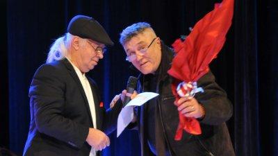 Яким Якимов подари букет на Стефан Диомов (вляво на снимката) от свое име и от името на Хари. Снимки Лина Главинова