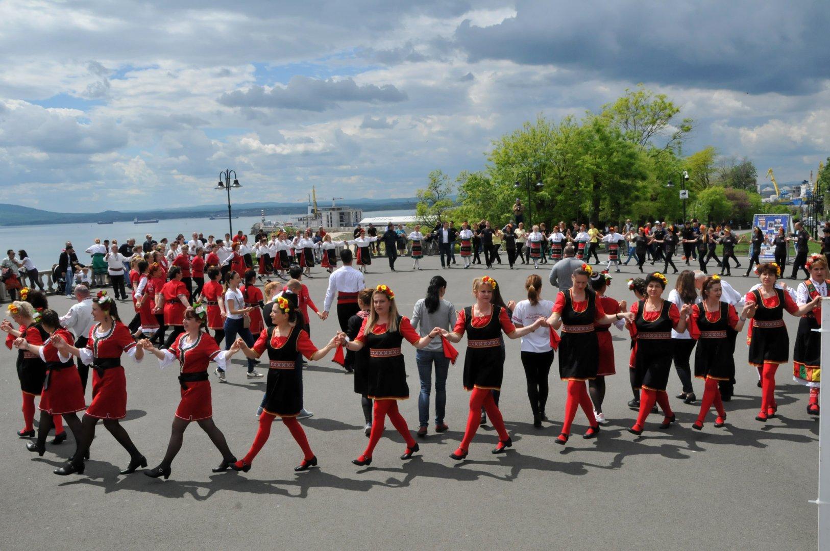 Танцьори от 13 фолклорни ансамбли се включиха в Поведи хорото в Бургас. Снимки Лина Главинова