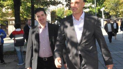Водачът на листата Николай Тишев (вдясно) и вторият в нея - Живко Господинов дойда заедно за откриване на шатрата. Снимки Лина Главинова