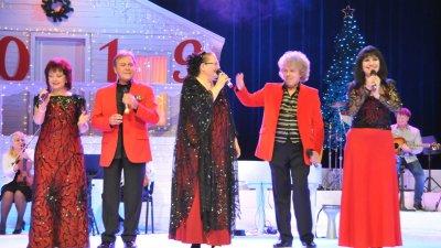 Ваня Костова (в средата) и колегите й от Тоника СВ на Коледен концерт на Стефан Диомов в Бургас. Снимка Архив Черноморие-бг