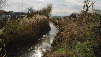 Почистването е в наводнени през миналата година места. Снимки Областна управа