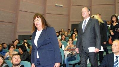 Посланик Рубин говори пред студенти в зала Изток на БСУ. Снимки Лина Главинова