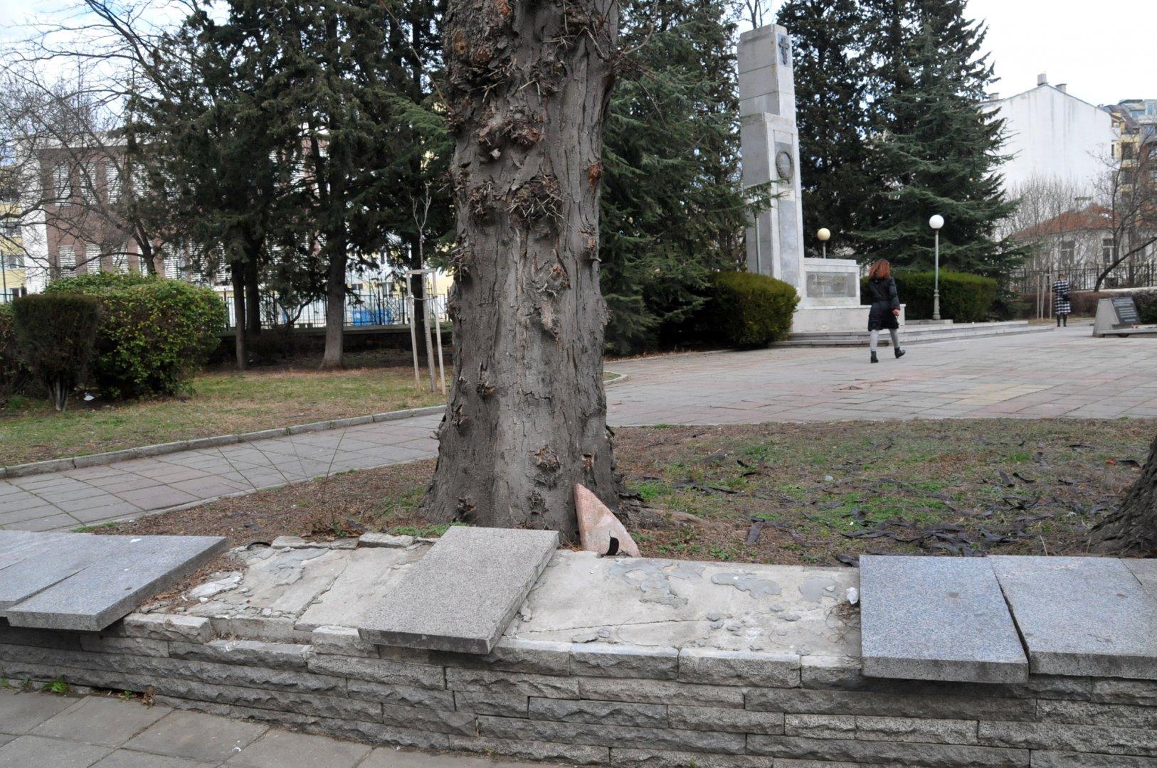 Плочите на оградата пред Руския паметник са изкъртени. Снимки Лина Главинова