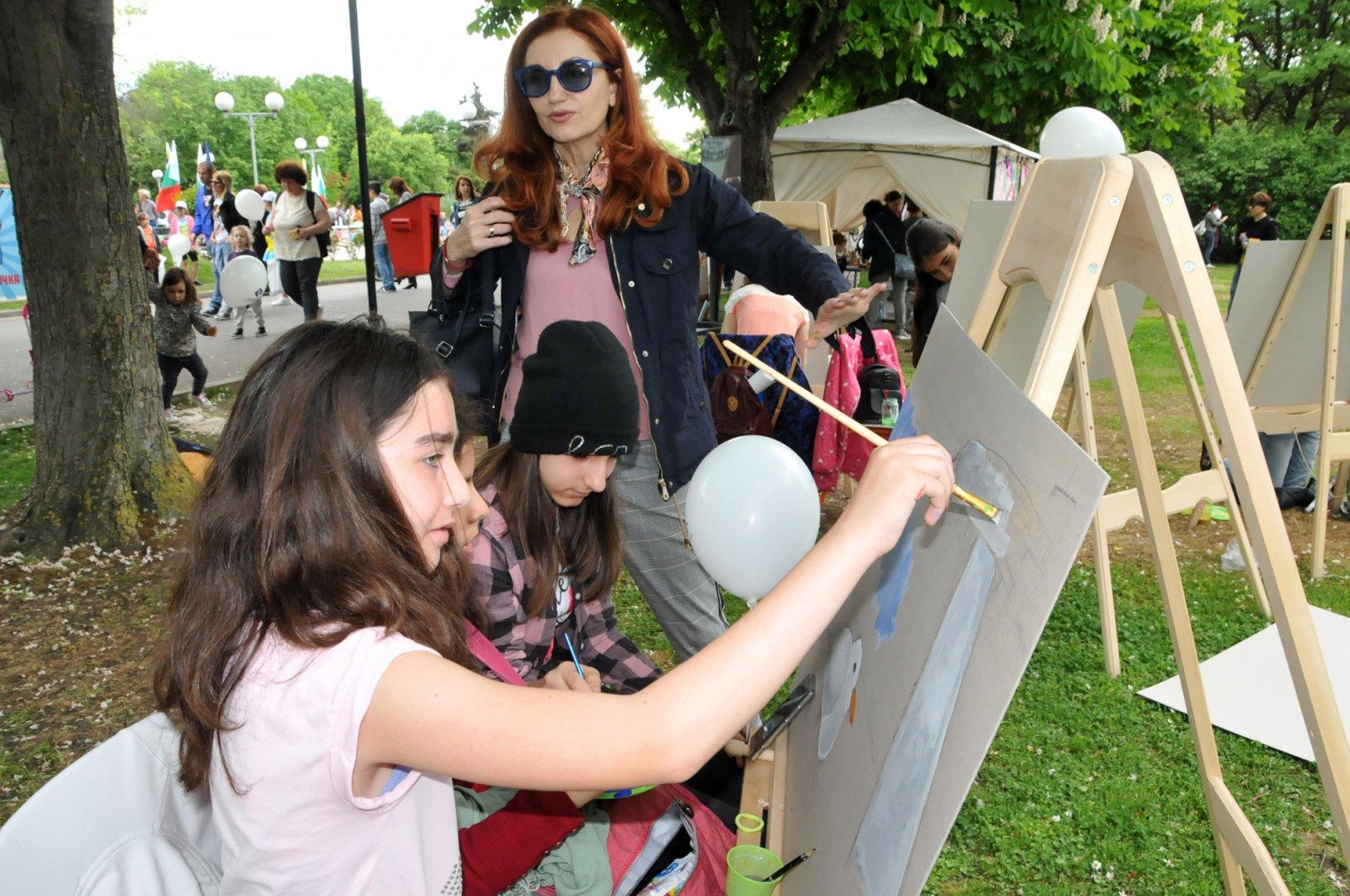 С пленер на открито малките художници от СУ Св.св.Кирил и Методий се включиха в Бургас твори. Снимки Лина Главинова
