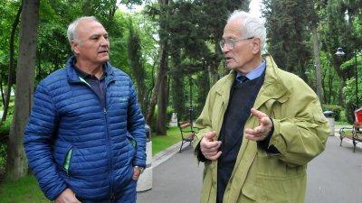 Руси Костадинов (вляво) разговаря със сина на Петко Задгорски - Велин. Снимки Лина Главинова