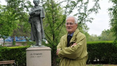 Велин Задгорски се върна в Бургас преди време, заради паметника на своя баща - Петко Задгорски. Снимки Архив Черноморие-бг