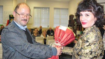 Наталия Недялкова получи цветя от шефа на отдел Култура към община Бургас Петър Парушев. Снимки Лина Главинова