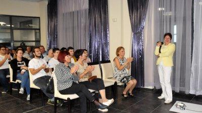 Инж. Евелина Ганчева (вдясно), координатор на проекта, представи участниците в Ела с нас в робоклас. Снимки Лина Главинова