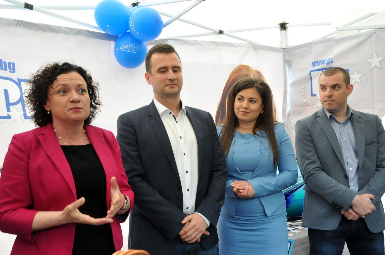Ивелина Василева (вляво) и Жечо Станков (до нея) откриха предизборната шатра. Снимка Лина Главинова
