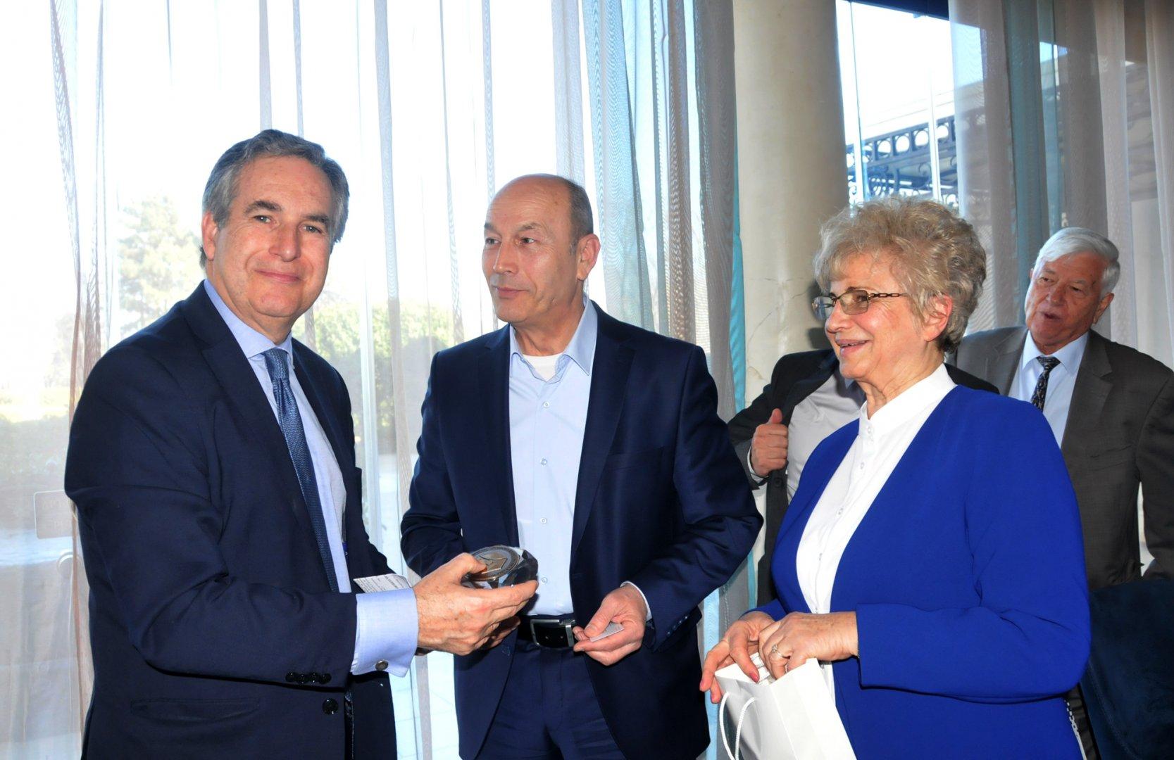 Председателят на ТИК Жорж Дерелиев (в средата) връчи почетния знак на посланик Алехандро Поланко Мата. Снимки Лина Главинова