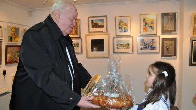 Руси Куртлаков получи пита от малчуганите от Моряче. Снимки Лина Главинова