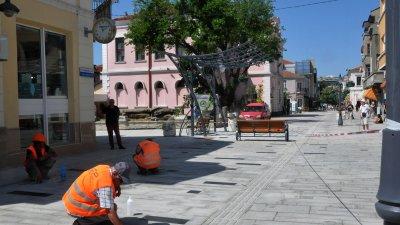 Часове преди 24 май довършителните работи в центъра продължават. Снимки Лина Главинова