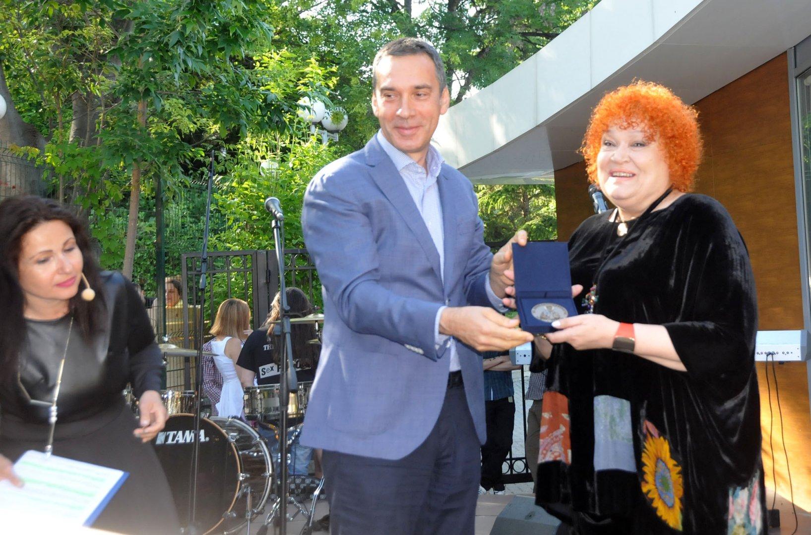 Димитрина Тенева първа получи наградата. Снимки Лина Главинова