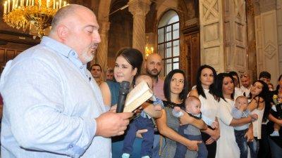 Телевиознният водещ се отнесе отговорно към кръщенето. Снимки Лина Главинова