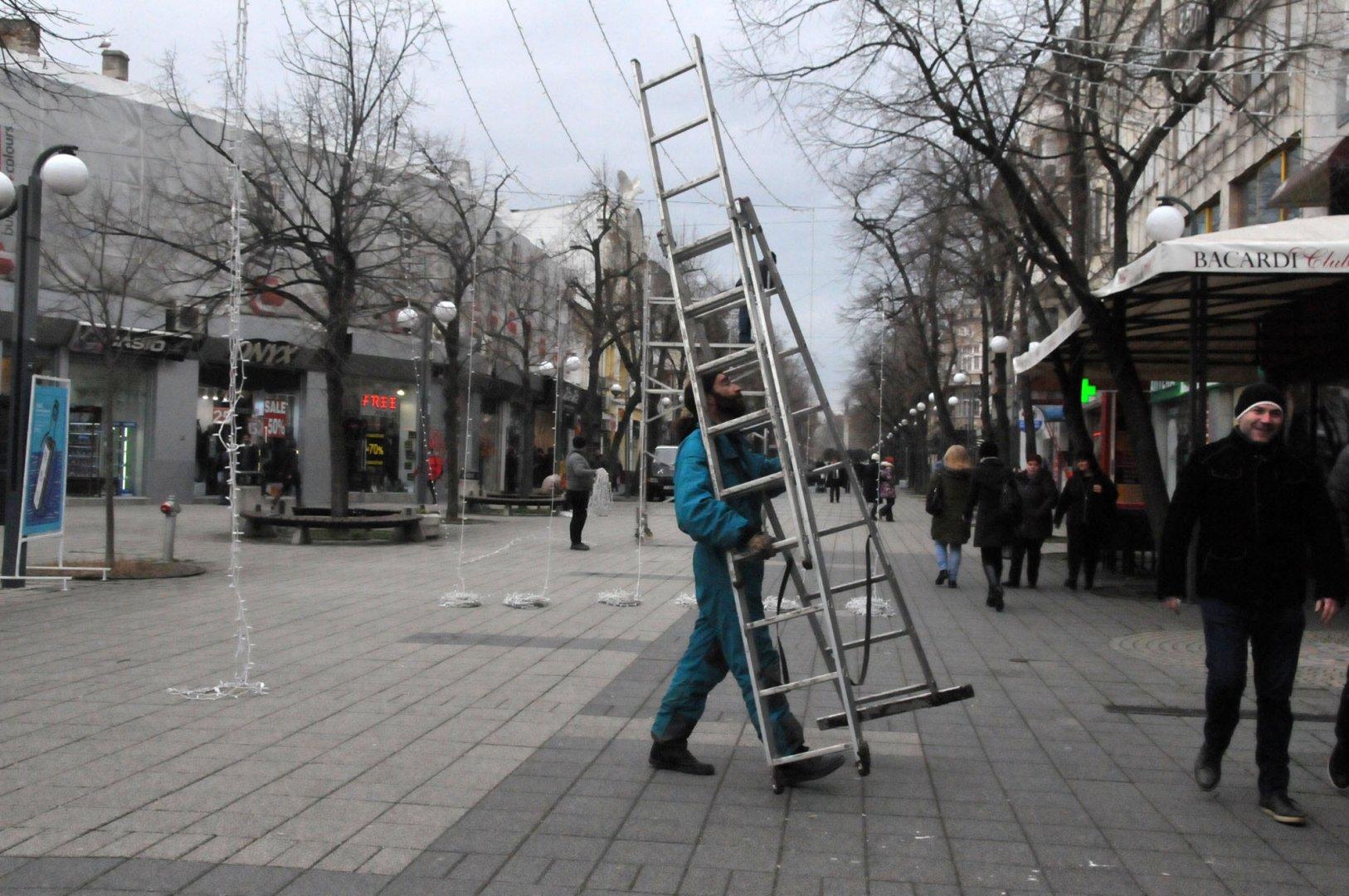 """Работници свалят коледните светлинки на улица """"Александровска"""". Снимки Лина Главинова"""