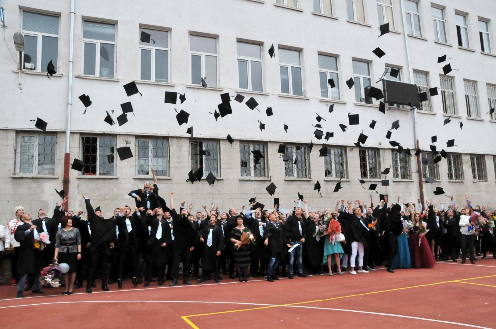 С хвърляне на шапките, абитуриентите се сбогуваха с любимото училище. Снимки Лина Главинова