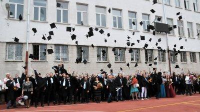 Учениците ще облекат тоги, но ще трябва да стоят на разстояние един от друг. Снимка Архив Черноморие-бг