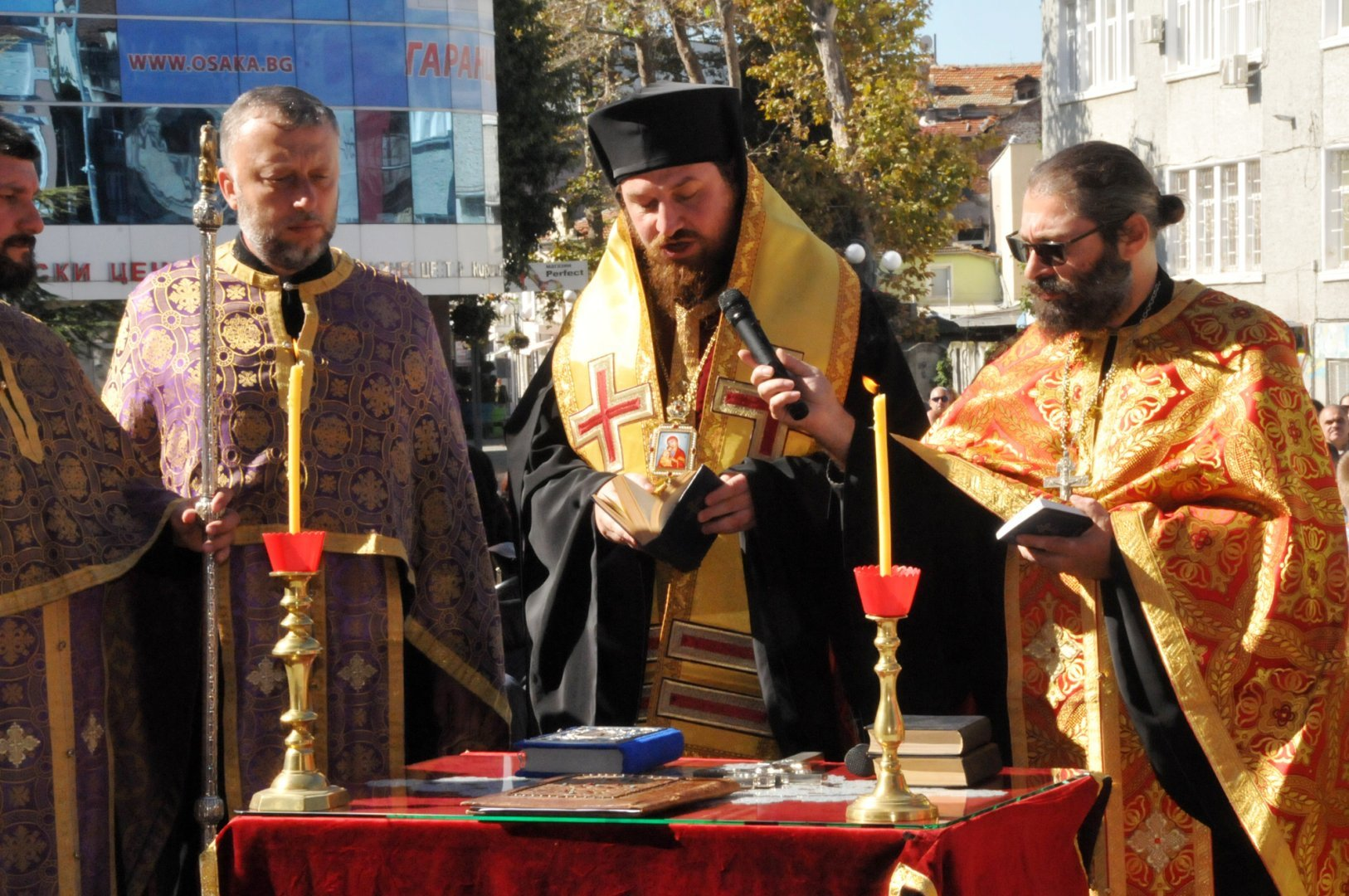 Агатополският епископ Иеротей (в средата) ще служи тази вечер пред бургаския храм Св. св. Кирил и Методий. Снимка Архив Черноморие-бг