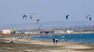 Кайтсърфисти използват хубавото време, за да порят вълните на Северния плаж в Бургас. Снимка Лина Главинова