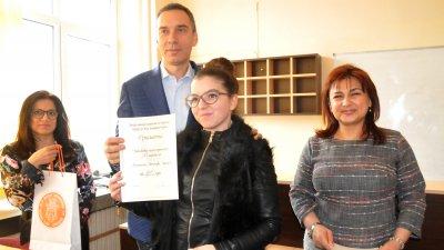 Кметът на Бургас Димитър Николов поздрави всички отличени в състезанията. Снимки Лина Главинова