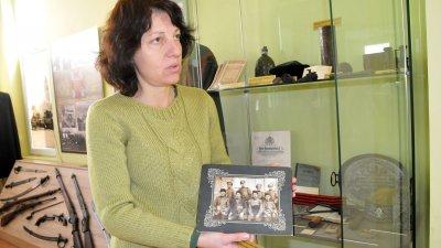 Иванка Делева показва част от вещи на опълценци от Бургаския край, които се пазят в музея. Снимки Лина Главинова