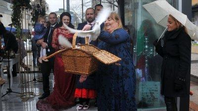 Няколко двойки избраха да сключат брак на площада на 14-ти февруари тази година. Снимка Архив Черноморие-БГ